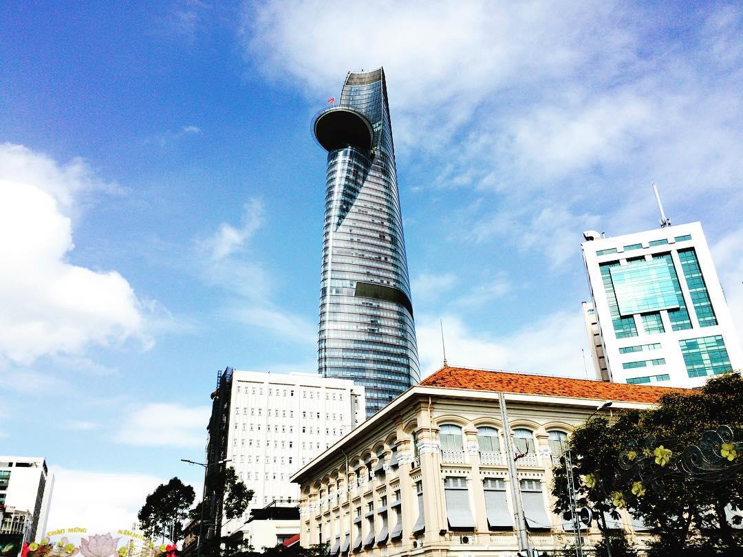 Bitexco Tower là dự án đầu tiên tại Việt Nam cho xây dựng sân đỗ trực thăng và Telekom Tower cũng có một sân đỗ trực thăng tương tự. Ảnh: Mikhail Marchuk on Instagram