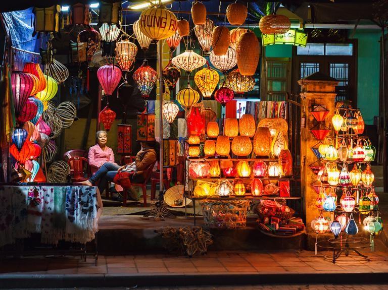 Hai phụ nữ ngồi tán gẫu trong một cửa hàng đèn lồng ở Hội An. Thành phố cổ này từng là thương cảng phồn thịnh ở Đông Nam Á từ thế kỷ 15 và được UNESCO công nhận là di sản thế giới. Theo tác giả của bức ảnh ngày 18/5 trên mục Your Shot, các đèn lồng đầy màu sắc có rất nhiều ở Khu Phố cổ, tạo thành cảnh đêm tuyệt đẹp khi đi dạo quanh đây. Ảnh: Martin Bagg.