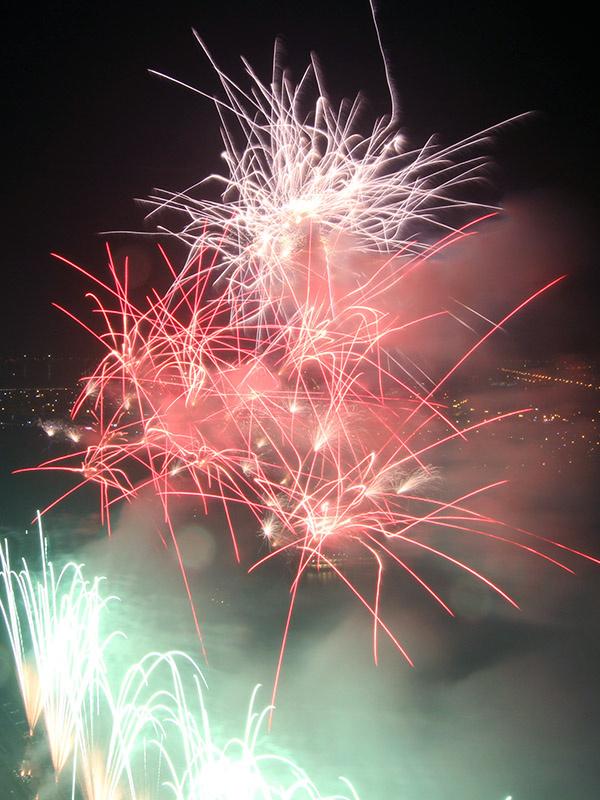 Ngắm pháo hoa từ tầng cao vốn được nhiều người lựa chọn. Một số vị trí ngắm pháo hoa từ trên cao đẹp, ngoài Novotel còn có khách sạn Seventeen, tòa nhà Azura...
