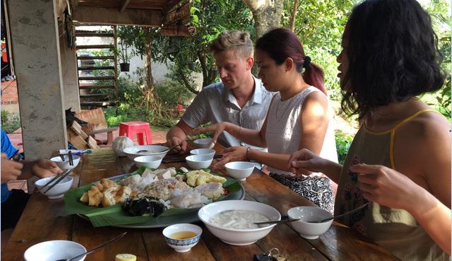 Du khách thưởng thức bữa sáng tại 1 homestay ở Đồng Nai - Ảnh: Dũng Tuấn